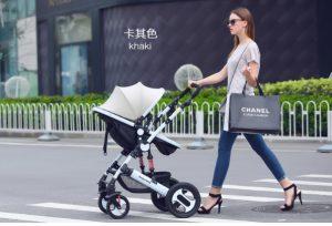 Những lưu ý trước khi sử dụng xe đẩyKhi có trẻ ngồi trong xe đẩy không được nâng hoặc xách xe đẩy lên. Không bao giờ sử dụng xe đẩy có dốc cao thẳng đứng, cầu thang, thang cuốn, cát biển, đường giao thông gập gềnh. Xe đẩy đơn chỉ sử dụng đủ 1 đứa trẻ ngồi ( ngoại trừ xe đẩy đôi thì được 2 đứa trẻ ngồi ). Hãy chắc chắn là cho trẻ ngồi đúng trong lòng ghế và được thắt dây an toàn kỹ càng trước khi sử dụng. Khi cho xe đẩy dừng lại thì nhớ sử dụng hệ thống phanh khóa an toàn, để tránh sự di chuyển mất kiểm soát. Cẩn thận tay của bé khi bạn đổi tay cầm đảo ngược (chỉ dành cho xe đẩy có chức năng đẩy 2 chiều). Đừng để xe đẩy ở gần lửa hay vị trí có nước sôi. Không sử dụng phụ kiện, phụ tùng thay thế hoặc bất cứ thành phần nào mà không phải của nhà máy sản xuất. Tuyệt đối không để con bạn một mình khi ngồi trên xe đẩy mà không có người lớn giám sát. Để tránh làm bé bị tổn thương do sự bất cẩn vô tình, khi gấp và mở xe đẩy bạn luôn tránh xa bé.
